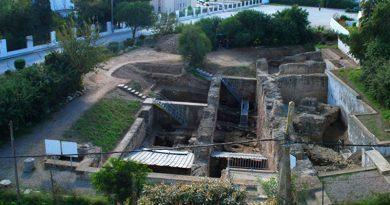 Karthago (Tunesien), Rue Ibn Chabâat. Grabungsgelände von Norden (2012). Im Schutz der römischen Mauern konnten 8 m unter heutigem Niveau die ältesten Belege für eine Besiedlung freigelegt werden