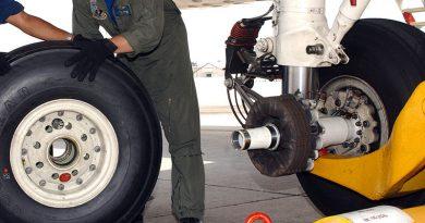 Symbolfoto Radwechsel Flugzeug - Foto: Von Susan Cornell - http://www.navy.mil/view_image.asp?id=27116, Gemeinfrei, https://commons.wikimedia.org/w/index.php?curid=1362611