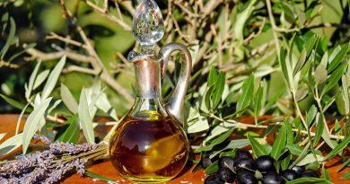 Karaffe mit Olivenöl und Oliven