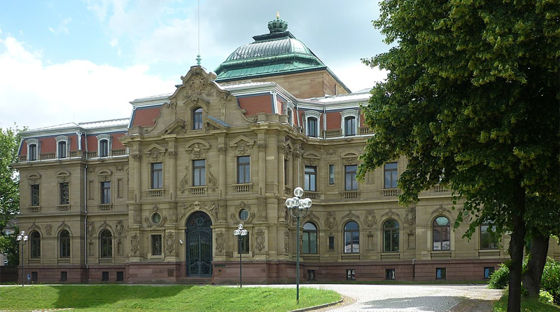 Hauptgebäude BGH Karlsruhe - Bild: ComQuat - Eigenes Werk, CC BY-SA 3.0, https://commons.wikimedia.org/w/index.php?curid=19876786