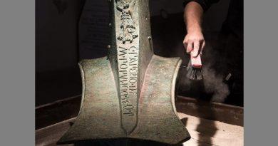Römischer Rammsporn mit behelmter Frau, gefunden während der Forschung am Ort der Schlacht. Die behelmte Frau ist die römische Göttin Victoria. Photo by William M. Murray, RPM Nautical Foundation