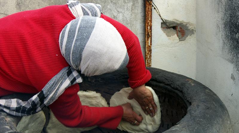 Platzieren des Tabouna Teigs an der Ofenwand