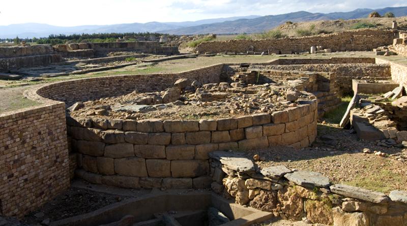 Numidische Grabbauten unter römischem Forum - Bild: Daniela Gauss - Eigenes Werk, CC BY-SA 3.0, https://commons.wikimedia.org/w/index.php?curid=17013033