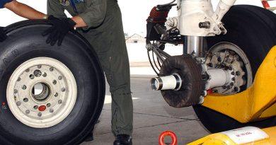 Symbolfoto Radwechsel Flugzeug – Von Susan Cornell – http://www.navy.mil/view_image.asp?id=27116, Gemeinfrei, Link