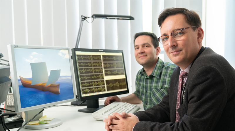 Sebastian Ritz (l.) und Thomas Kirstein untersuchten die Seegangseigenschaften römischer Handelsschiffe. Sebastian Ritz erstellte dazu ein computerbasiertes Schiffsmodell, das auf dem linken Bildschirm zu sehen ist. Lupe © TU Berlin/PR/Dominic Simon