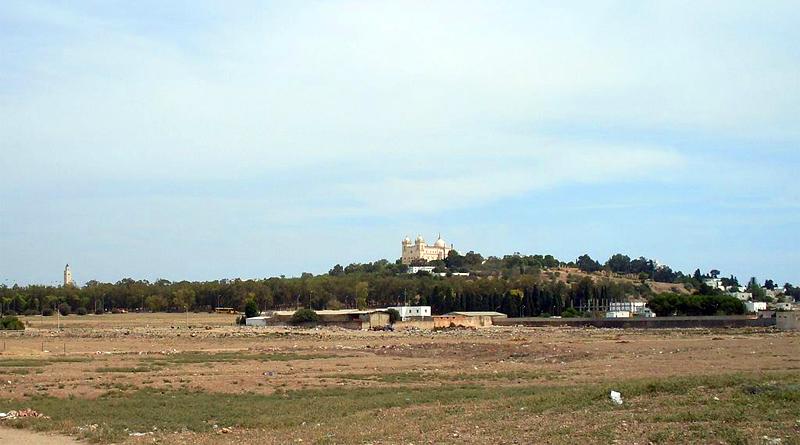 Ort des früheren Zirkus von Karthago mit dem Hügel von Byrsa und der Kathedrale im Hintergrund