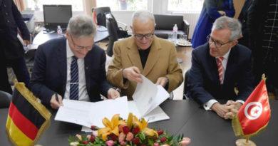 Kooperationsvereinbarung Ortwin Dally, Jamil Chaker und S.E. Andreas Reinicke (v. l.) bei der Vertragsunterzeichnung - Foto: DAI