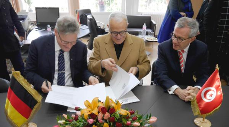 Ortwin Dally, Jamil Chaker und S.E. Andreas Reinicke (v. l.) bei der Vertragsunterzeichnung - Foto: DAI