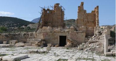 Forum von Abthugnos. Blick nach Nordwesten auf den Tempel (Foto: ÖAW-ÖAI/G. Styhler-Aydın)