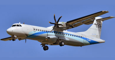 ATR 72-600 in Werkslackierung - Bild: Von Laurent ERRERA from L'Union, France, derivative work Lämpel - ATR 72-600 ATR house colors F-WWEY - MSN 98, CC BY-SA 2.0, https://commons.wikimedia.org/w/index.php?curid=73771612
