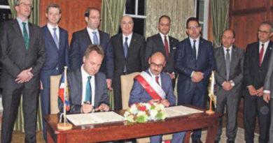 Unterzeichnung des Vertrages im Hotel Adlon Berlin. Foto: Fabian Patzak