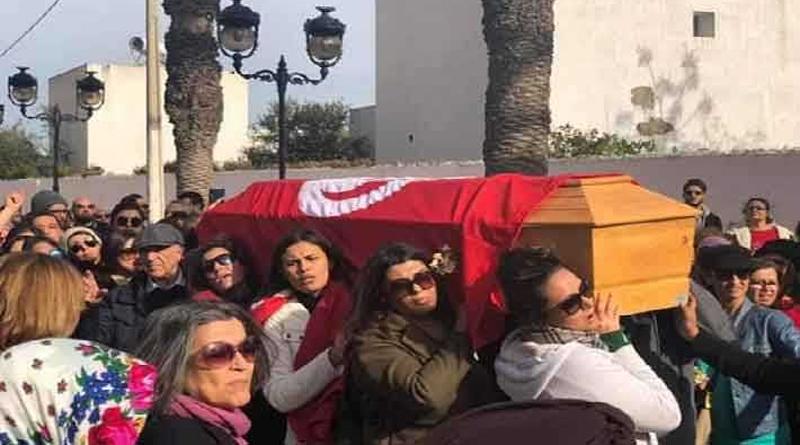 Auch Frauen trugen, entgegen der üblichen traditionellen Weise, den Sarg von Lina Ben Mhenni