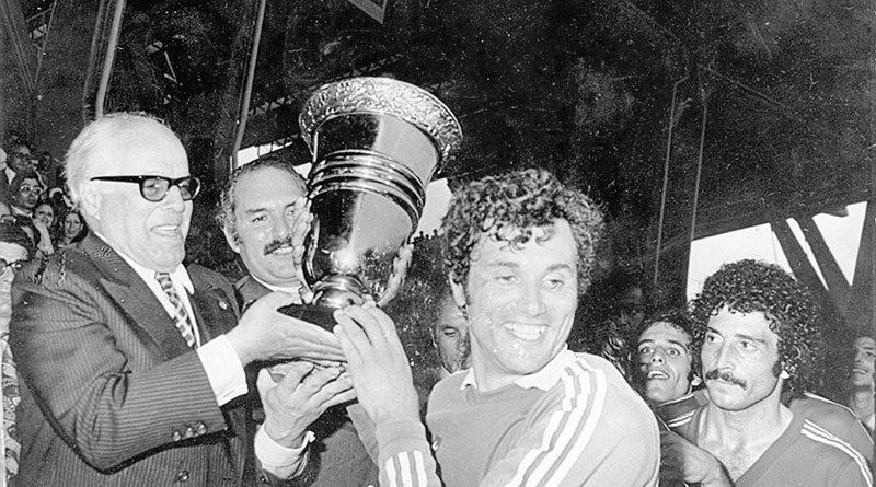 Moncef Tabka nimmt den Pokal aus den Händen des verstorbenen Präsidenten Habib Bourguiba entgegen