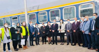 Ein Zug wird zum mobilen Gesundheitsmobil für Covid-19 und Brustkrebsvorsorge